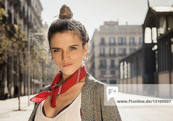 Junge Frau posiert auf der Straße  El Born  Barcelona  Spanien