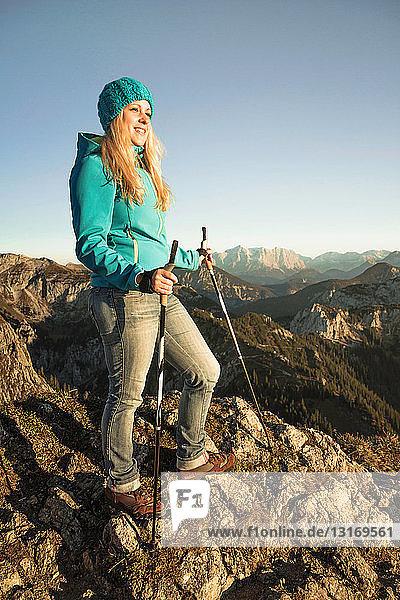 Wanderer auf felsiger Bergkuppe stehend