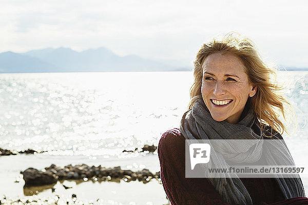 Porträt einer reifen Frau am See  lächelnd