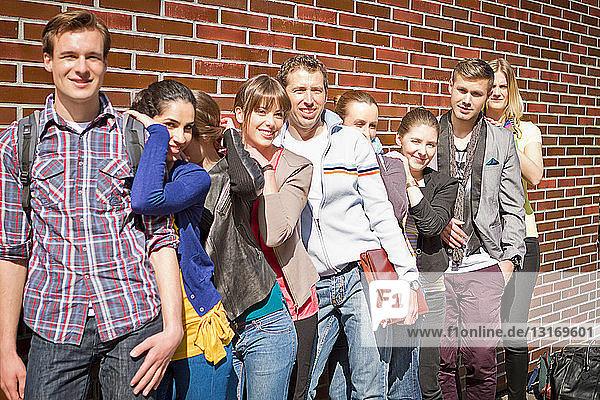Freunde posieren gemeinsam auf der Straße der Stadt