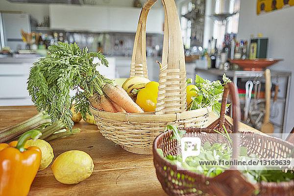 Stilleben von Gartenprodukten  in Körben auf dem Tisch in der Küche
