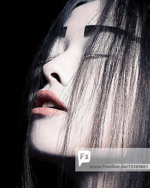 Junge Frau mit dramatischem Make-up