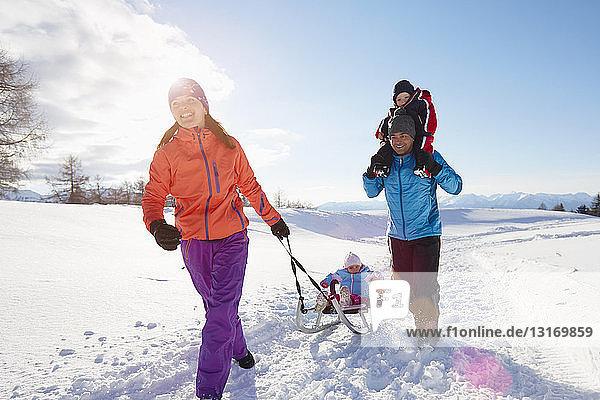 Paar mittlerer Erwachsener und zwei Kinder wandern in den Dolomiten  Eisacktal  Südtirol  Italien