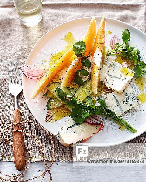 Teller mit Melonen-Blauschimmelkäsesalat