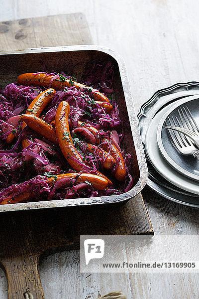 Teller mit Purpurkohl und Frankfurter Würstchen
