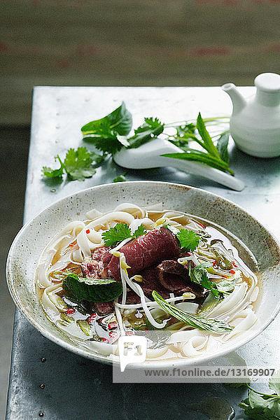 Schüssel Pho-Suppe mit Nudeln
