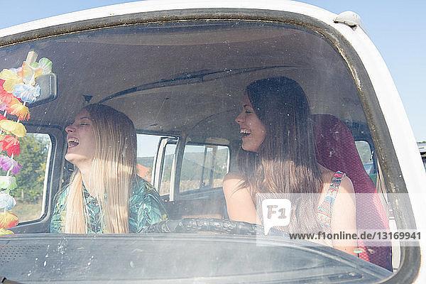 Junge Frauen im Wohnmobil lachend
