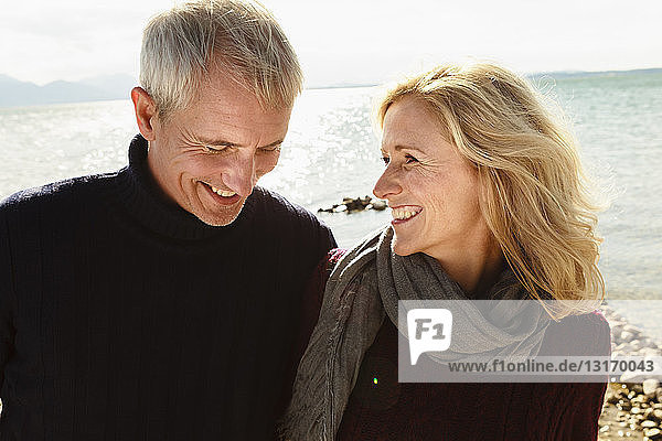 Reifes Paar am See  lächelnd