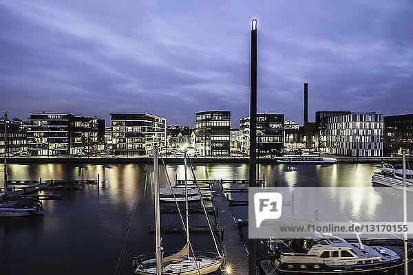 Ansicht des Hafengebiets und der vertäuten Boote in der Abenddämmerung  Bremerhaven  Deutschland