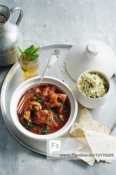 Schale mit Fischtagnine mit Couscous