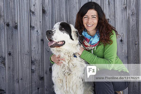 Frau verbindet sich mit Hund