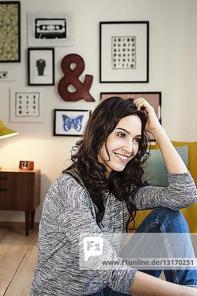 Frau entspannt sich im Wohnzimmer