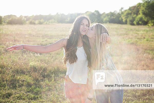 Zwei junge Frauen mit langen Haaren im Feld