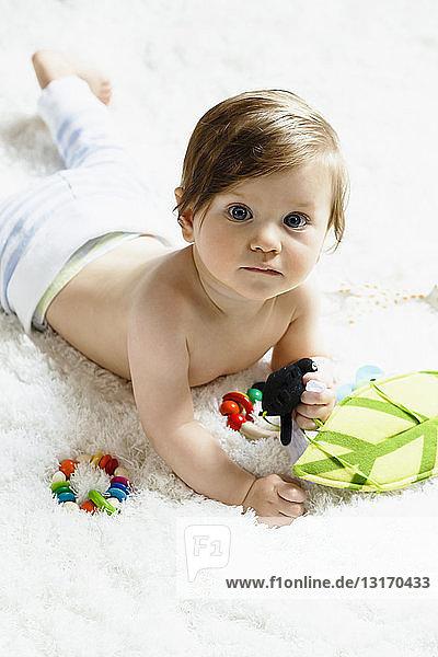 Bildnis eines kleinen Jungen  auf der Vorderseite liegend