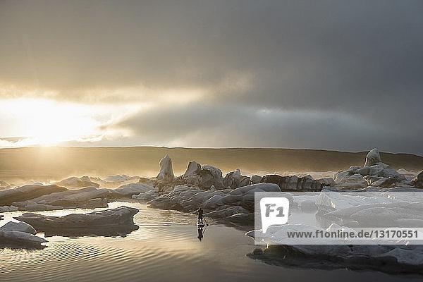 Mann auf dem Paddelbrett  Jokulsarlon-Gletscherlagune  Skaftafell-Nationalpark  Island