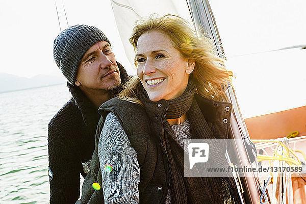 Reifes Paar auf Segelboot  lächelnd
