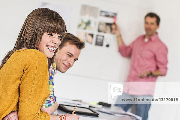 Lachende Schüler im Unterricht