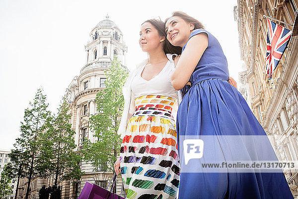 Zwei junge Frauen stehen auf der Londoner Straße