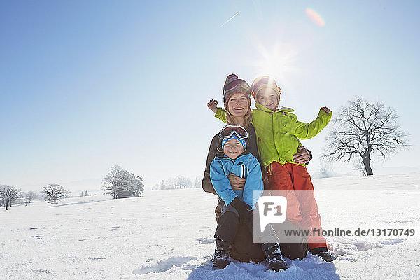Porträt von Mutter und zwei Söhnen in verschneiter Landschaft
