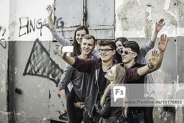 Teenager  die sich in einem verlassenen Gebäude egoistisch verhalten