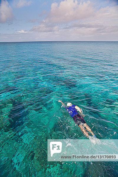 Im Meer schwimmender Mann