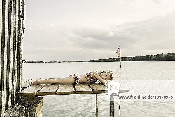 Porträt eines Mädchens im Bikini auf dem Seepier liegend  München  Bayern  Deutschland