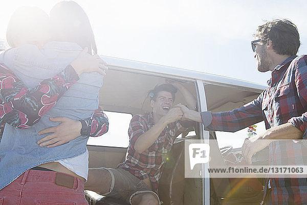 Freunde umarmen sich im Wohnmobil