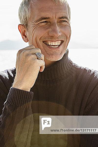 Porträt eines reifen Mannes  im Freien  lächelnd