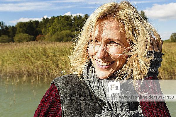 Porträt einer reifen Frau  im Freien  lächelnd