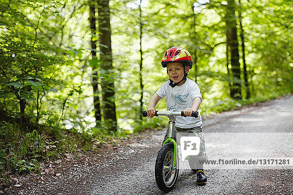 Kleinkind Junge fährt Fahrrad auf Feldweg
