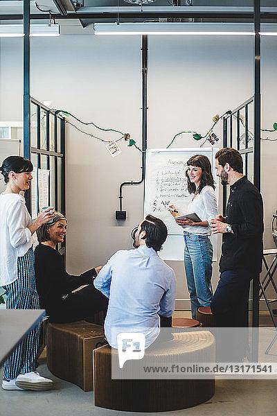 Kreative Geschäftsleute diskutieren Ideen während einer Besprechung im Amt