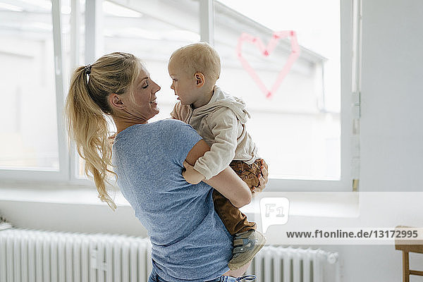 Glückliche schwangere Mutter mit Kleinkind