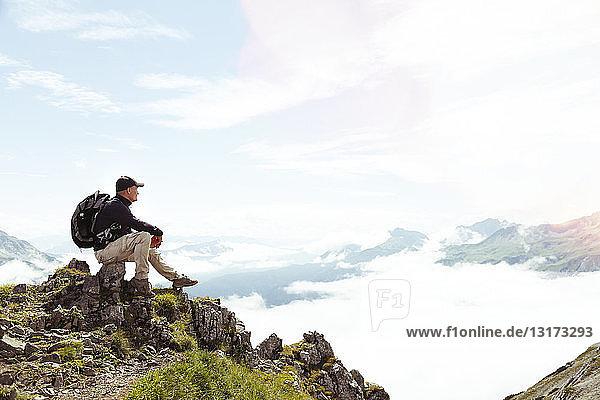 Österreich  Südtirol  Wanderer Blick auf Ansicht