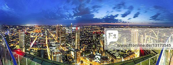 Deutschland  Hessen  Frankfurt  Stadtansicht  Blaue Stunde  Weitwinkelansicht