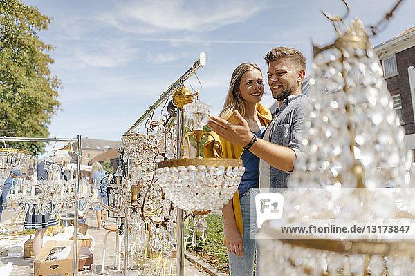 Belgien  Tongeren  lächelndes junges Paar auf einem Antiquitäten-Flohmarkt