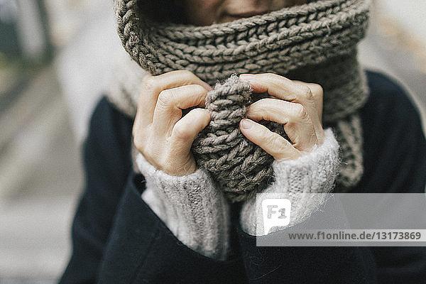 Frauenhand mit gestricktem Schal  Nahaufnahme