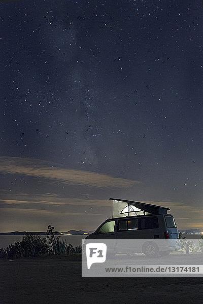 Spanien  Katalonien  Costa Brava  Barcelona  Wohnmobil bei Nacht  Milchstraße