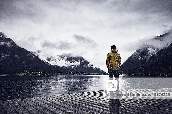 Österreich  Tirol  Achensee  Mann an der Strandpromenade stehend