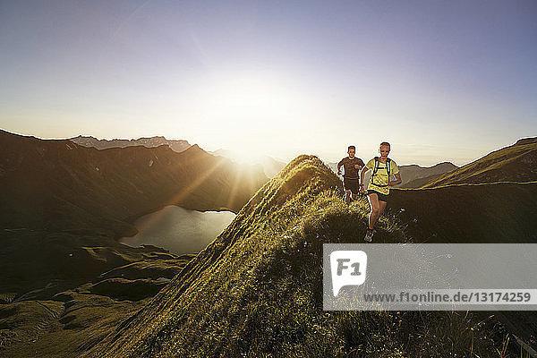 Deutschland  Allgäuer Alpen  Mann und Frau laufen auf Bergrücken