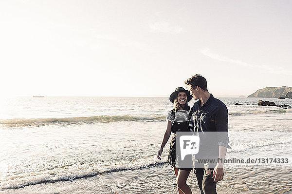 Frankreich  Bretagne  glückliches junges Paar beim Strandspaziergang