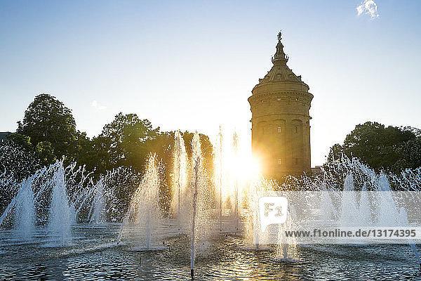 Deutschland  Baden-Württemberg  Mannheim  Wasserturm und Springbrunnen bei Sonnenuntergang