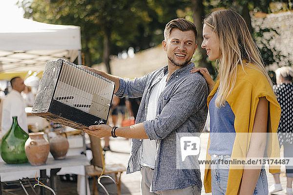 Belgien  Tongeren  junges Paar mit Vogelkäfig auf einem antiken Flohmarkt