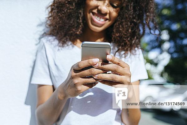 Hände einer jungen Frau  die ein Smartphone hält  Nahaufnahme