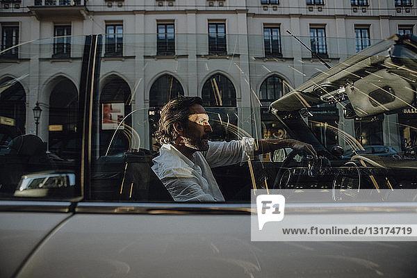 Mann fährt Cabrio in München  Bayern  Deutschland