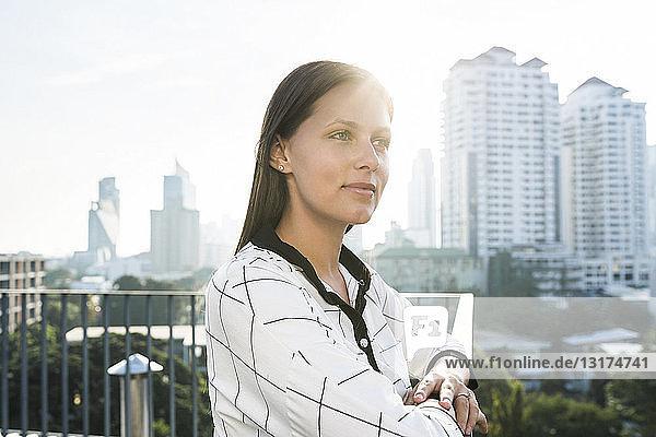 Porträt einer brünetten Geschäftsfrau auf dem Dach