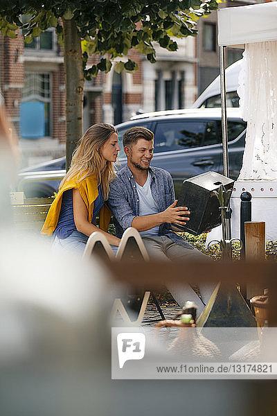 Belgien  Tongeren  junges Paar auf einem Antiquitäten-Flohmarkt