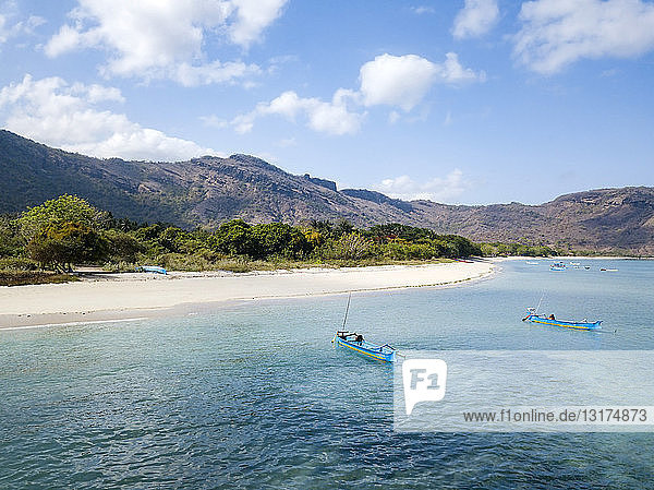 Indonesien  Sumbawa  West-Sumbawa  Luftaufnahme des Strandes von Jelengah
