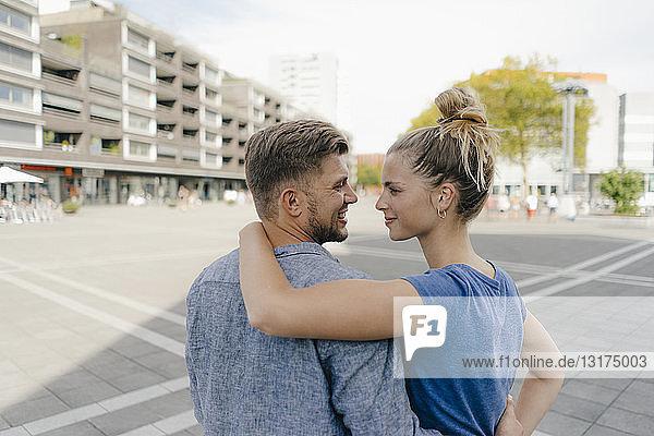 Niederlande  Maastricht  Rückansicht eines glücklichen jungen Paares in der Stadt