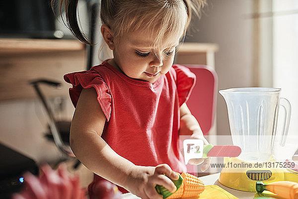 Kleines Mädchen spielt zu Hause