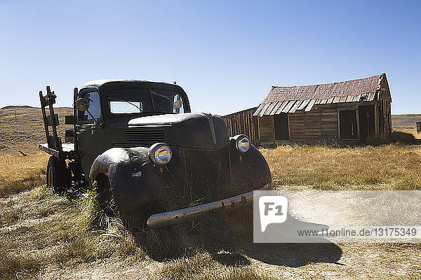USA  California  Sierra Nevada  Bodie State Historic Park  old wooden house and car